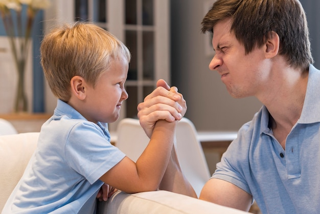 Pai e filho lutando contra o braço em casa