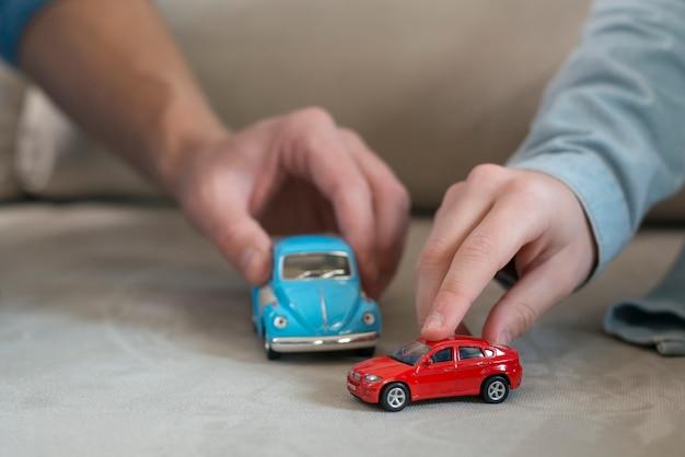 Pai e filho mãos e brinquedos