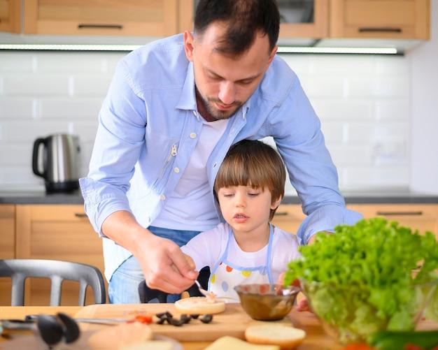 Pai e filho monoparental na cozinha