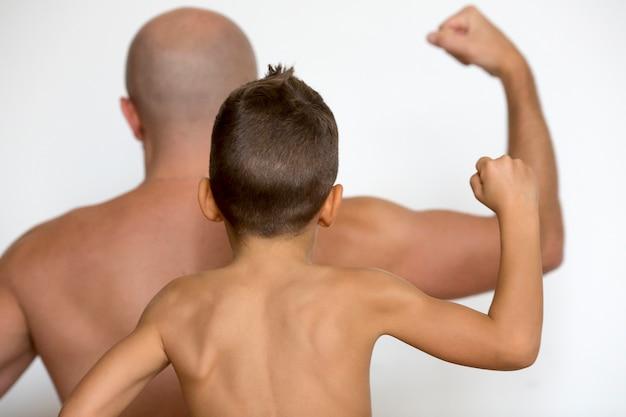 Pai e filho mostram os músculos
