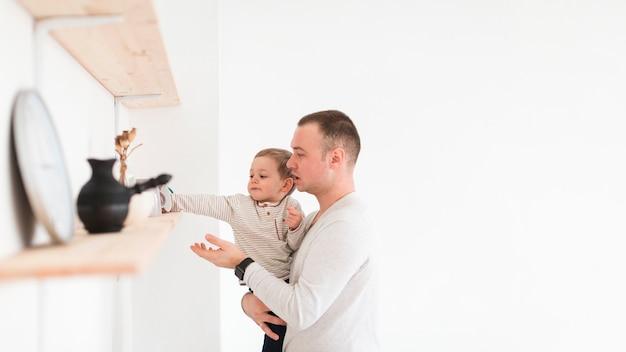 Pai e filho na cozinha com espaço de cópia
