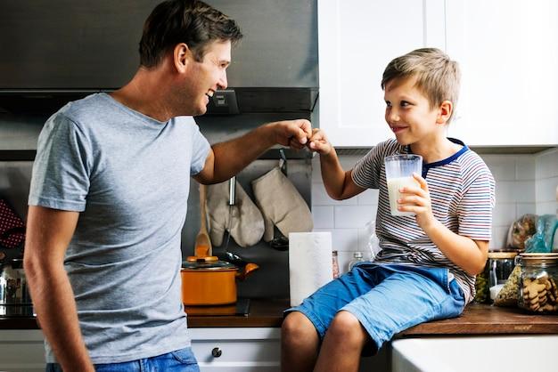Pai e filho na cozinha