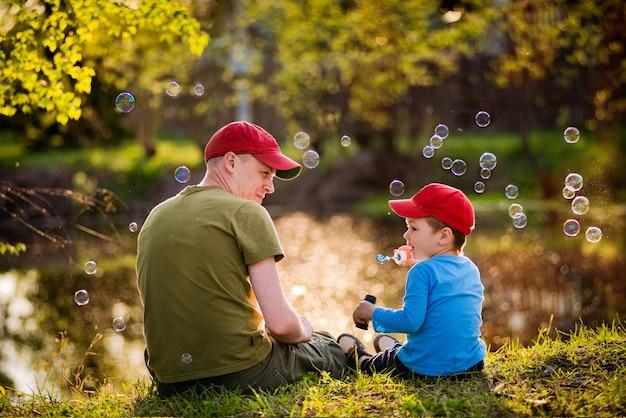 Pai e filho na margem do lago