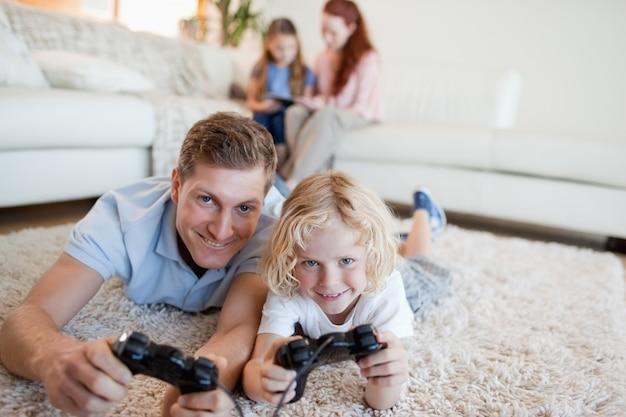 Pai e filho na sala de estar jogando videogames