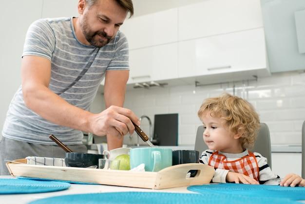 Pai e filho no café da manhã