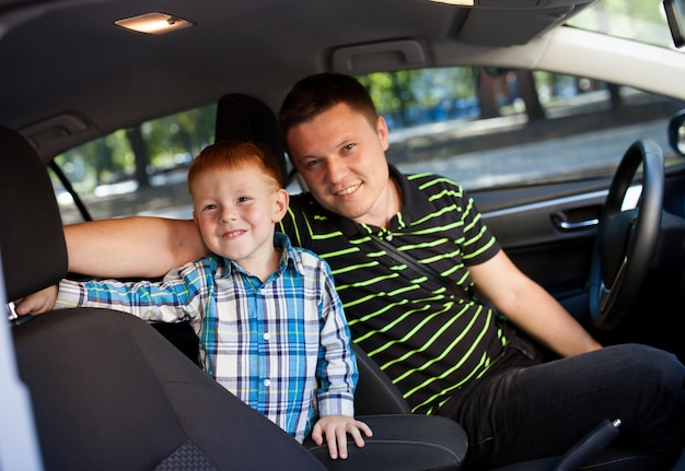 Pai e filho no carro.