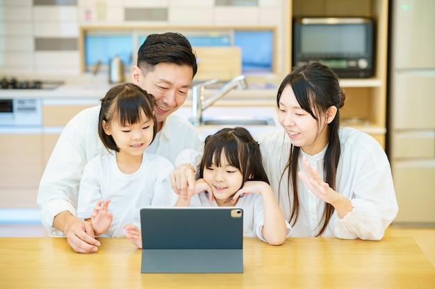 Pai e filho olhando para a tela do tablet pc na sala
