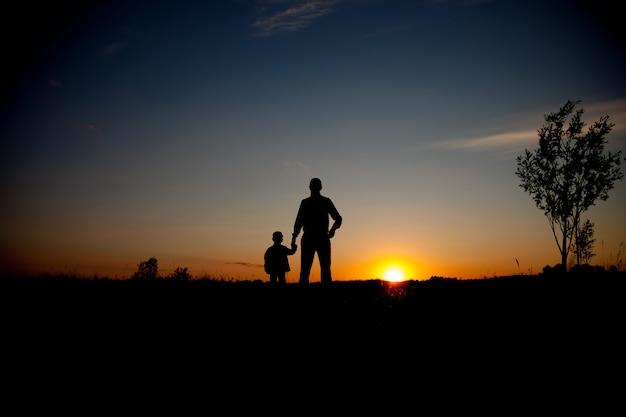 Pai e filho, olhando para o futuro, conceito de silhueta