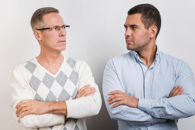 Pai e filho olhando um ao outro