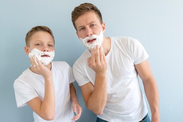 Pai e filho parecidos com gel de barbear