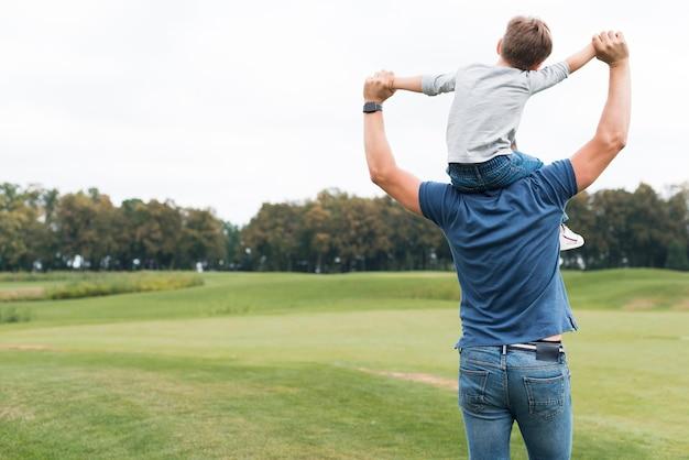 Pai e filho passando um tempo juntos
