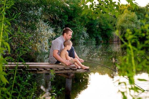 Pai e filho pescando em um lago