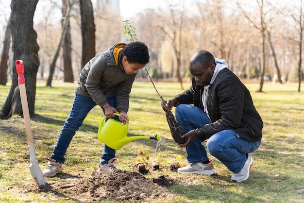 Pai e filho plantando juntos