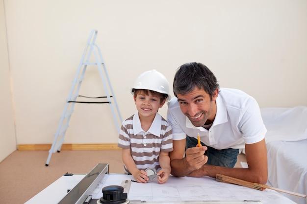 Pai e filho, remodelando um quarto