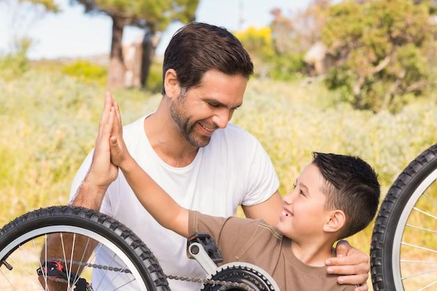 Pai e filho, reparando bicicleta juntos