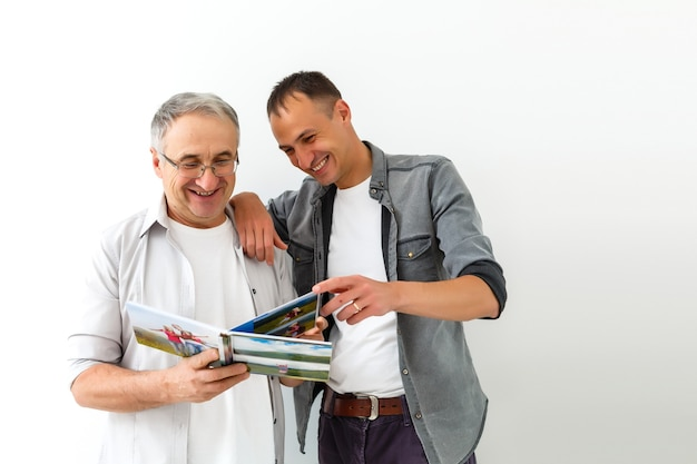 Pai e filho revisando as fotos das férias
