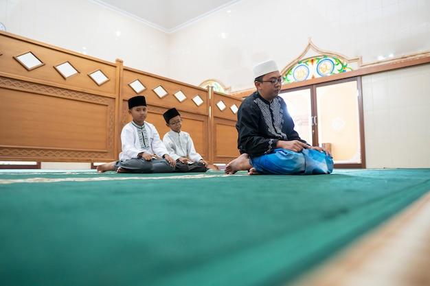 Pai e filho rezando juntos na mesquita