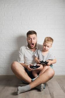 Pai e filho saindo jogando jogos em casa