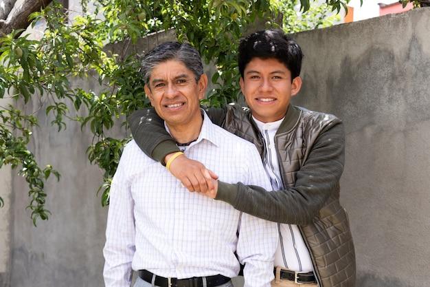 Pai e filho se abraçando enquanto sorriem