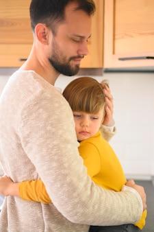 Pai e filho se abraçando