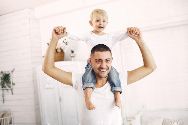 Pai e filho se divertem em casa
