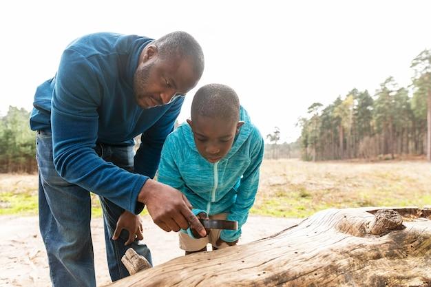 Pai e filho se divertindo ao ar livre