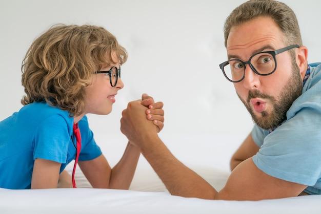 Pai e filho se divertindo juntos. queda de braço