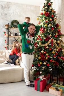 Pai e filho se divertindo no natal em casa