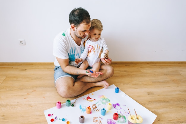 Pai e filho se divertindo pintura em casa