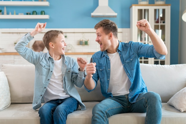 Pai e filho sendo animado e feliz