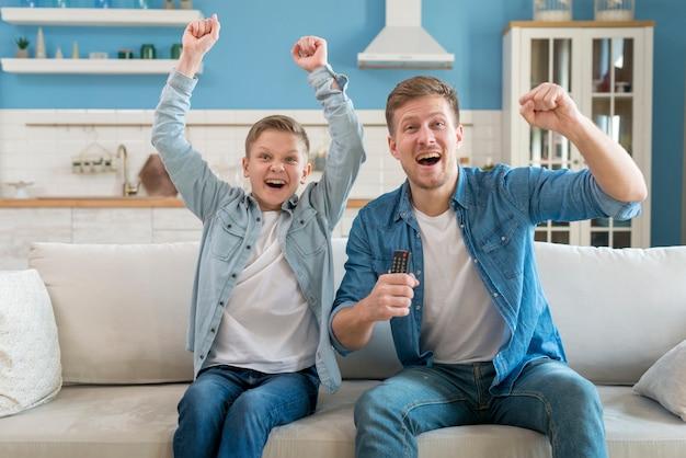Pai e filho sendo animado e passar tempo juntos