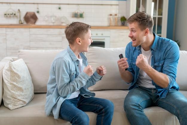 Pai e filho sendo animado
