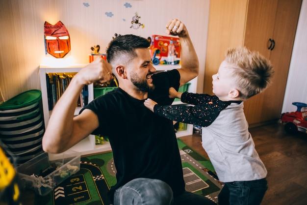 Pai e filho tempo em família juntos em casa