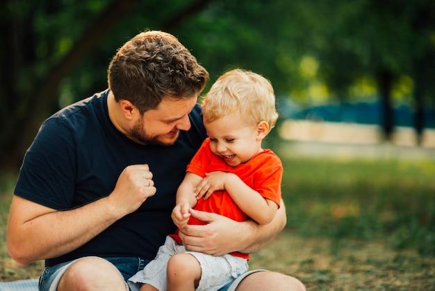 Pai e filho, tendo um tempo maravilhoso juntos