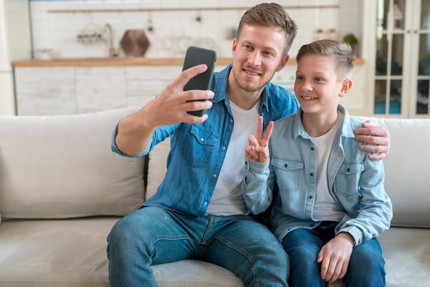 Pai e filho tirando uma foto