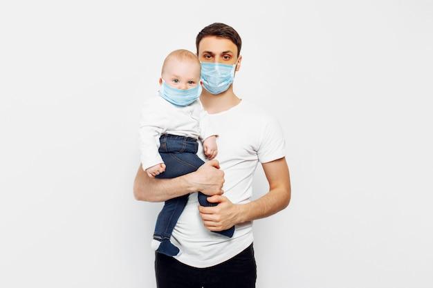 Pai e filho usam máscaras cirúrgicas para proteger contra doenças virais, proteção contra coronavírus durante a quarentena