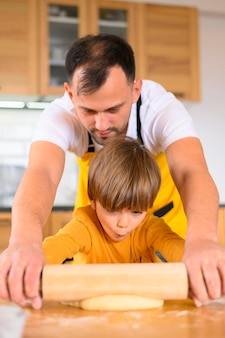Pai e filho usando o remo plano médio