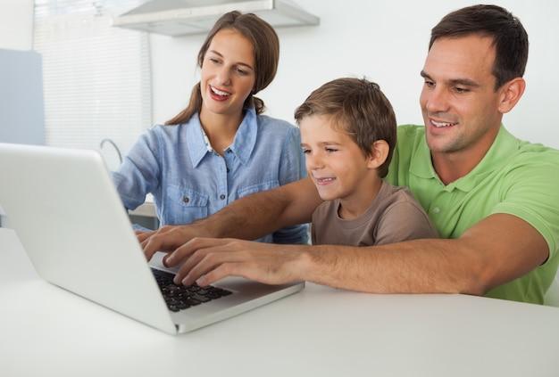 Pai e filho usando um laptop