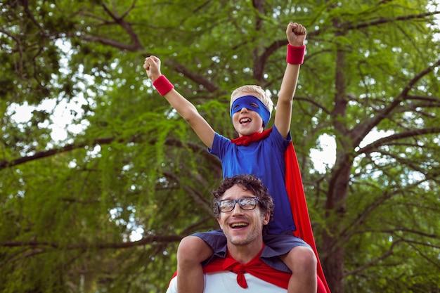 Pai e filho vestidos de super-homem