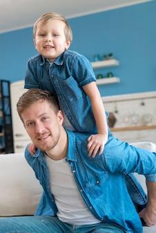 Pai e filho vestindo camisas azuis