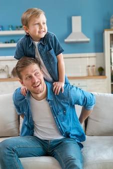 Pai e filho vestindo roupas semelhantes