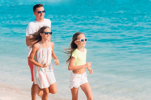 Pai e filhos curtindo férias de verão na praia