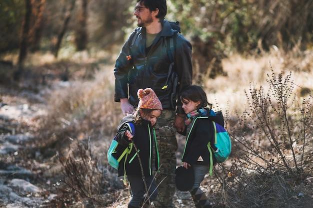Pai e filhos em madeiras