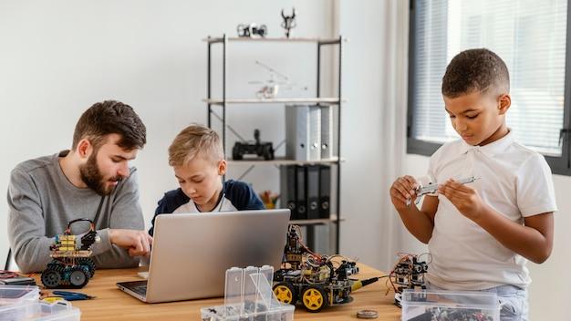 Pai e filhos fazendo robô