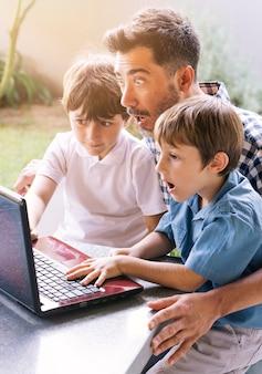 Pai e filhos felizes no dia dos pais