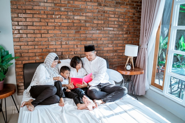 Pai e filhos muçulmano leitura alcorão