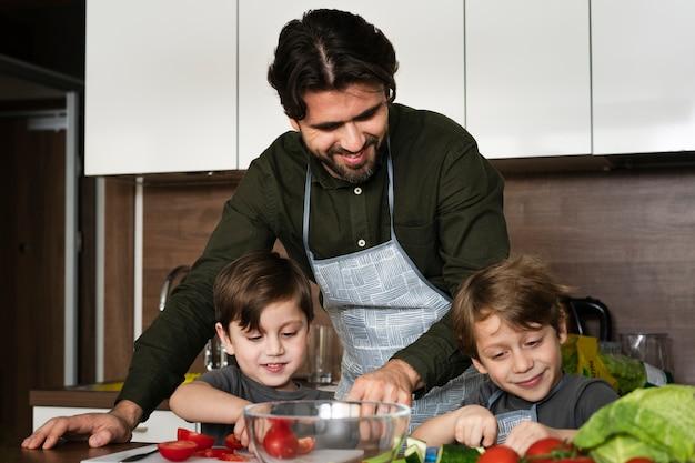 Pai e filhos na cozinha