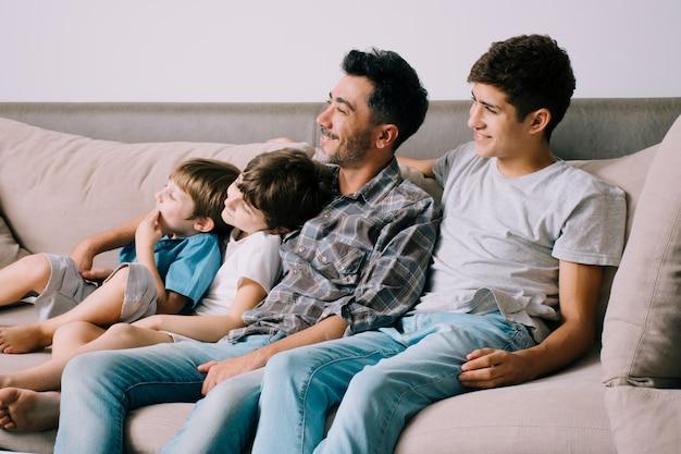 Pai e filhos no sofá no dia dos pais