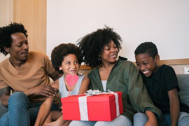 Pai e filhos parabenizam a mãe no dia das mães.