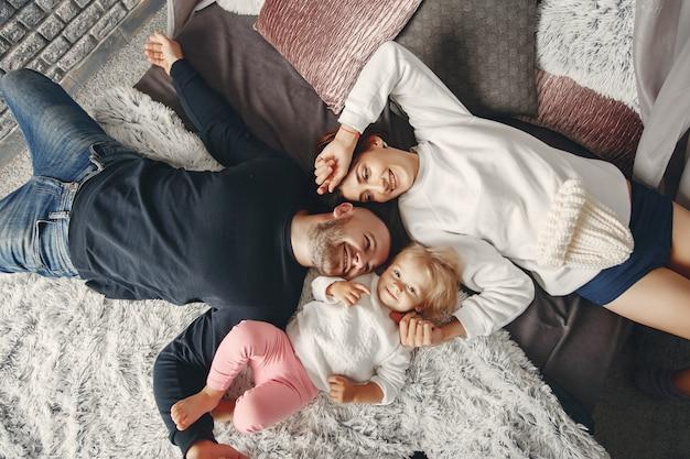 Pai e mãe com filha pequena